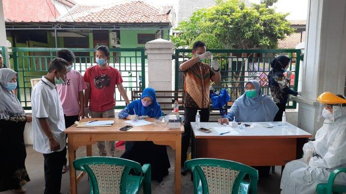 Kegiatan rapid tes antigen di lingkungan RT04 Kelurahan Pekayon Jaya, Kecamatan Bekasi Selatan, Kota Bekasi, Kamis (20/5/2021).