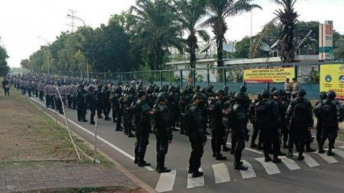 Polisi Hadang Sejumlah Buruh di Bekasi Saat Hendak Mengarah ke Jakarta