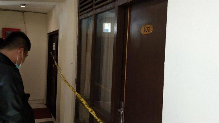 Polisi memasang garis kuning di depan kamar 102 di Hotel Royal Phoenix Semarang, tempat ditemukannya jenazah M di dalam lemari pakaian, Kamis (11/2/2021).