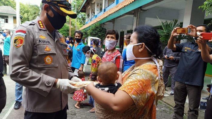 Polisi Bagikan Baju Lebaran ke Anak-anak Korban Kebakaran di Jembatan Besi Jakarta Barat