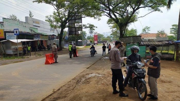 Polisi memeriksa pengendara sepeda motor yang melintas di Cikalongkulon, Kabupaten Cianjur, Jawa Barat, Kamis (6/5/2021).