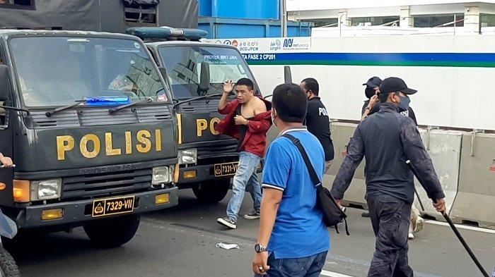 Polisi mengamankan sejumlah mahasiswa yang memperingati Hari Buruh Internasional (May Day) di Jalan MH Thamrin, Jakarta Pusat, pukul 16.00 WIB, Sabtu (1/5/2021).