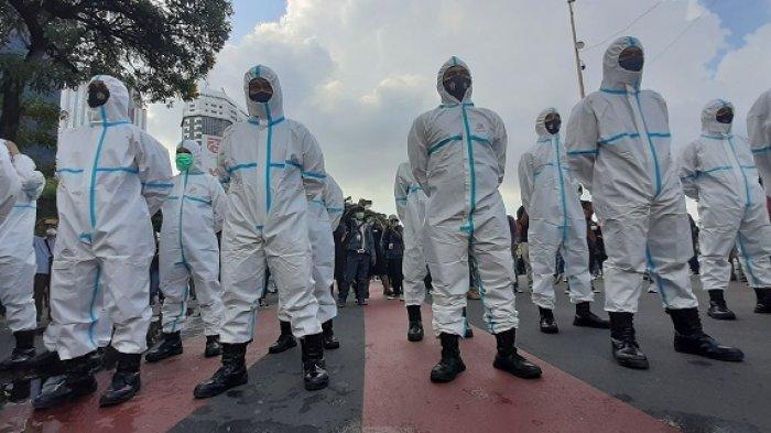 Polisi Berpakaian APD Lengkap Turut Mengawal Aksi Buruh
