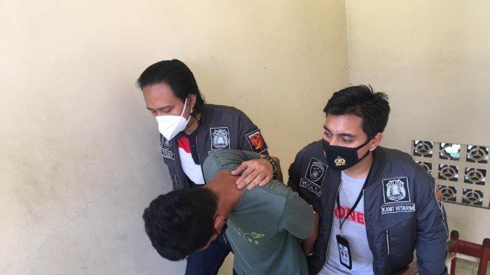 Polisi menggiring LK ke Polsek Mampang usai melakukan aksi pencurian di sebuah petshop di Kemang pada Sabtu (17/4/2021).