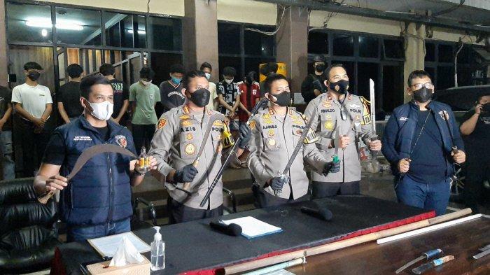 Polisi menunjukkan barang bukti kasus tawuran di Pasar Manggis, Setiabudi saat konferensi pers di Polres Metro Jakarta Selatan, Rabu (21/7/2021).