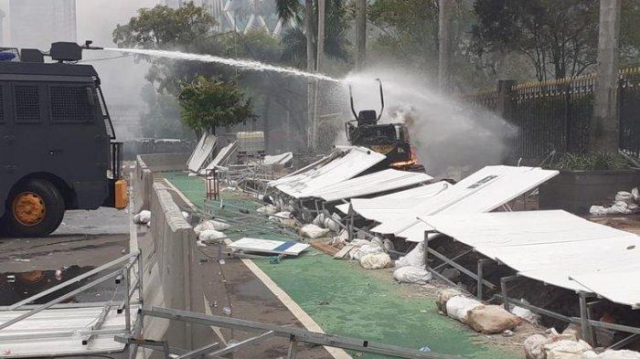Massa Aksi Tolak Omnibus Law UU Cipta Kerja Bakar 2 Ekskavator di Proyek MRT Fase 2