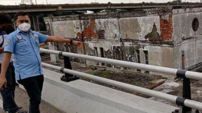 Polisi memeriksa jalan layang di wilayah Pademangan, Jakarta Utara, tempat aksi viral pria melompat ke atap gedung.