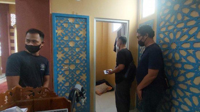 Polisi saat menggeledah lokasi ruangan marbot tempat eksekusi pencabulan di Masjid Al-Hadid Kampung Cinyosong, Desa Burangkeng Kecamatan Setu, Kabupaten Bekasi.