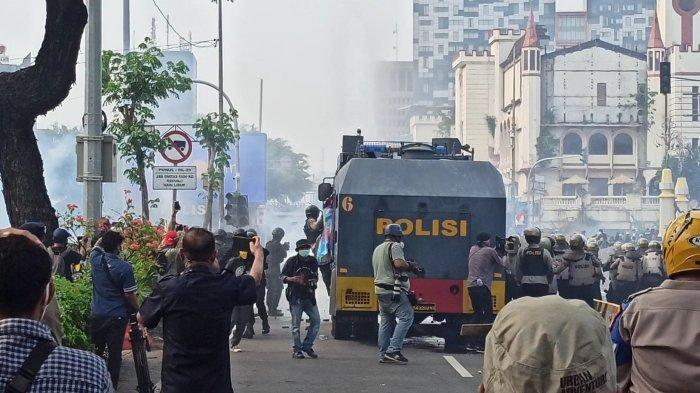 Polisi menembakkan air dan gas air mata ke arah massa aksi tolak UU Cipta Kerja di Simpang Harmoni, Jakarta Pusat, Kamis (8/10/2020).