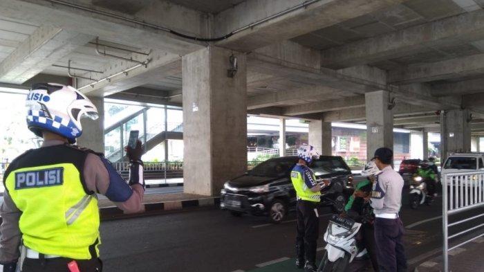 Masuk Jalur Sepeda, 13 Pemotor Ditilang di Jalan Panglima Polim Jakarta Selatan