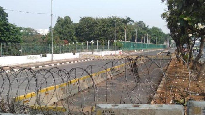 Jalan Gatot Subroto dari Senayan Arah Gedung DPR MPR Masih Ditutup