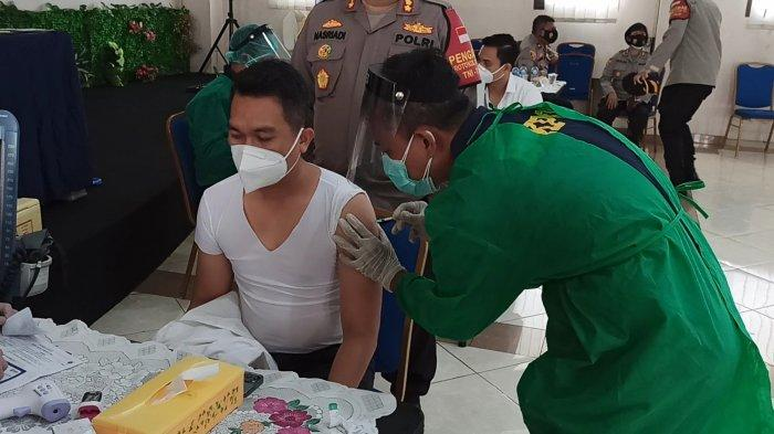 Tahap Pertama Vaksinasi Covid-19 di Polres Jakut Suntik Anggota Berinteraksi dengan Warga Langsung
