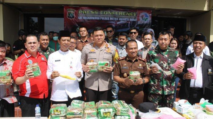 Berprestasi, 58 Anggota Polres Metro Jakarta Barat Dapat Pin Emas dari Kapolri