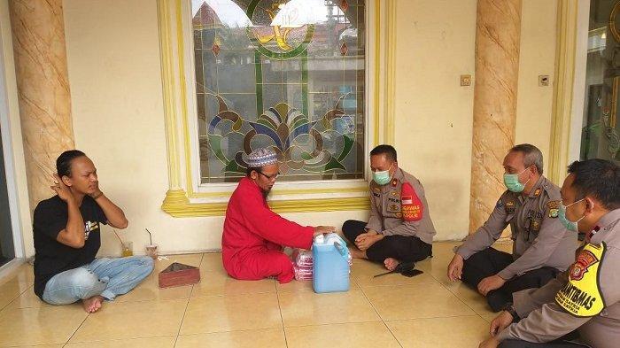 Polres Metro Bekasi Kota saat bertemu dengan DKM Al-Amanah tahun 2020 dan Januari 2021 lalu, terkait peraturan melarang jemaah pakai masker.