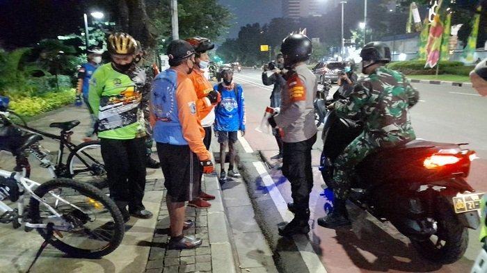 Kasus Covid-19 di Jakarta Meningkat, Polisi Bubarkan Kerumunan di Dekat Istana Negara