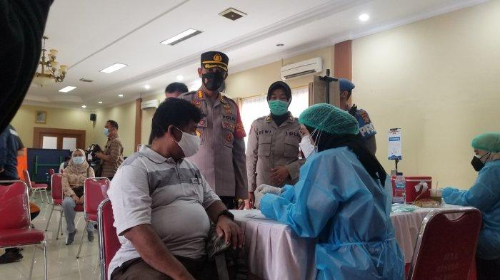 Cegah Petugas Tularkan ke Keluarga, Polres Metro Tangerang Kota Vaksin 500 Anggota