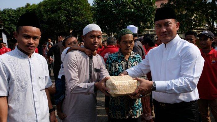 Tak Pakai Kantong Plastik, Polisi Tangerang Gunakan Besek Bambu Distribusi Daging Kurban