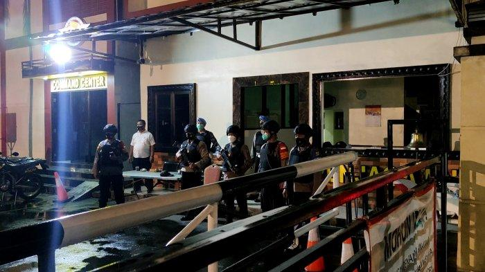 Petugas bersenjata lengkap berjaga di gebrang masuk Polres Metro Depok pasca kejadian penyerangan teroris di Mabes Polri pada Rabu (31/3/2021) sore.