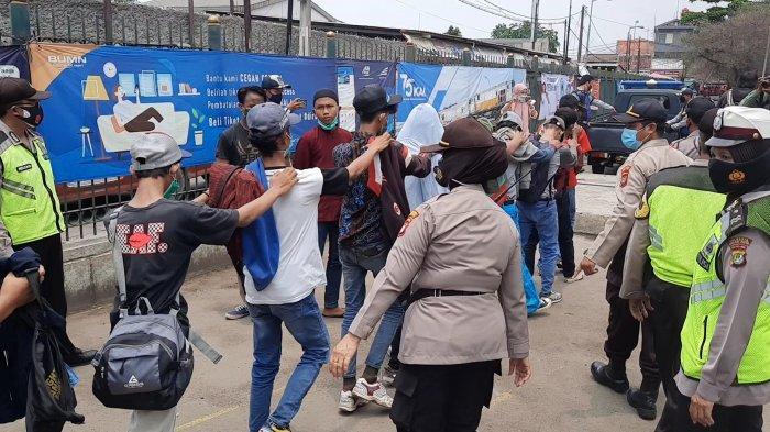 Polsek Bekasi Utara mengamankan pelajar di Stasiun Bekasi ketika hendak berangkat ke Jakarta mengikuti aksi unjuk rasa, Selasa, (13/10/2020).