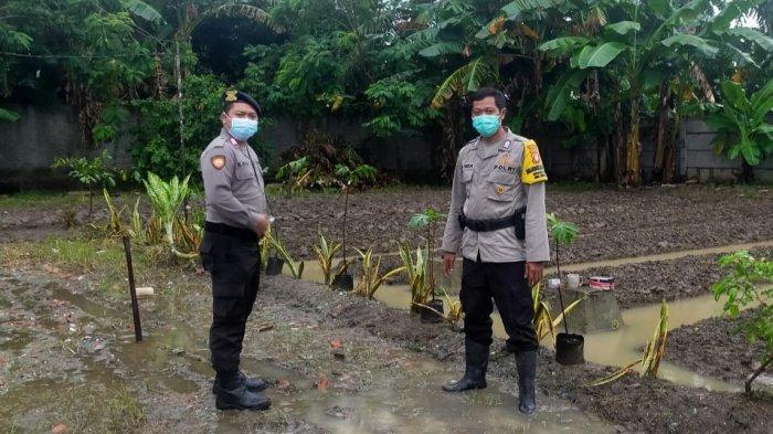 Petugas Polsek Cabangbungin melakukan monitor di Kampung Tangguh Jaya, Desa Lenggah Jaya, Kecamatan Cabangbungin, Kabupaten Bekasi.