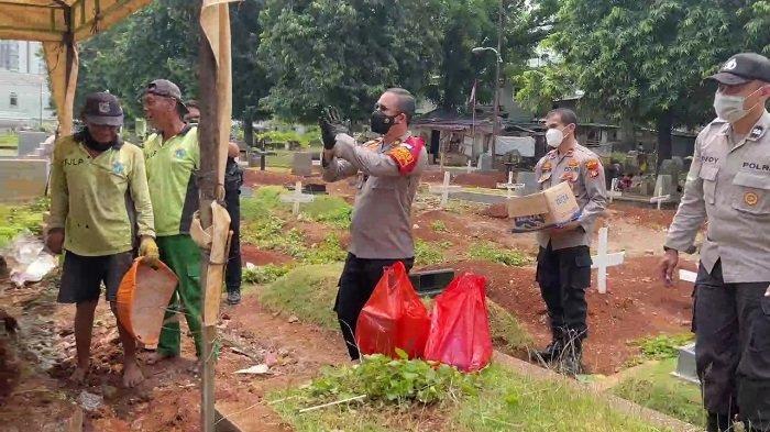 Bagikan Makanan Gratis ke Warga dan Penggali Kubur, Kapolsek Setiabudi: Jangan Lupa Bahagia