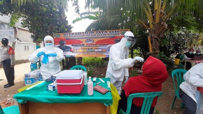 Polsek Pasar Minggu memberikan pelayanan rapid test antigen dan swab PCR secara gratis kepada masyarakat di RW 01 Ragunan, Jakarta Selatan, Selasa (29/12/2020).