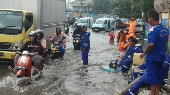 3 Unit Pompa Dikerahkan Atasi Banjir di Jalanan Sekitaran Terminal Tanjung Priok