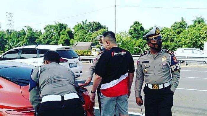Jajaran Satuan PJR Ditlantas Polda Metro Jaya saat menindak iringan mobil Porsche di off ramp TMII, Jakarta Timur, Jumat (12/3/2021)