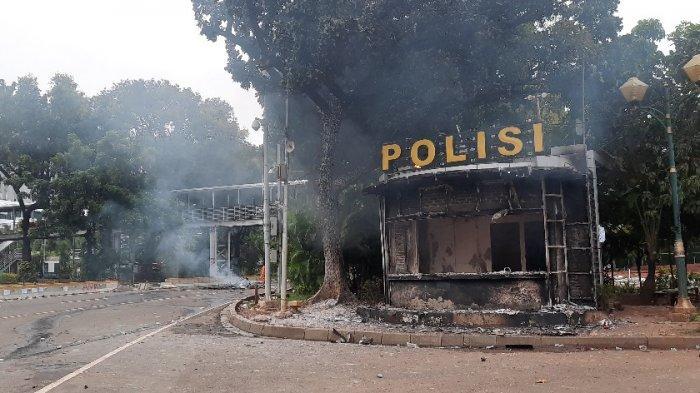 Pos polisi di kawasan Patung Kuda, dibakar massa.