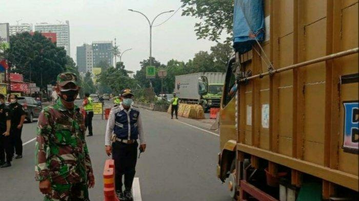 Posko penyekatan mudik di Jalan MH Thamrin, Kota Tangerang yang dijaga ketat petugas gabungan, Senin (10/5/2021).
