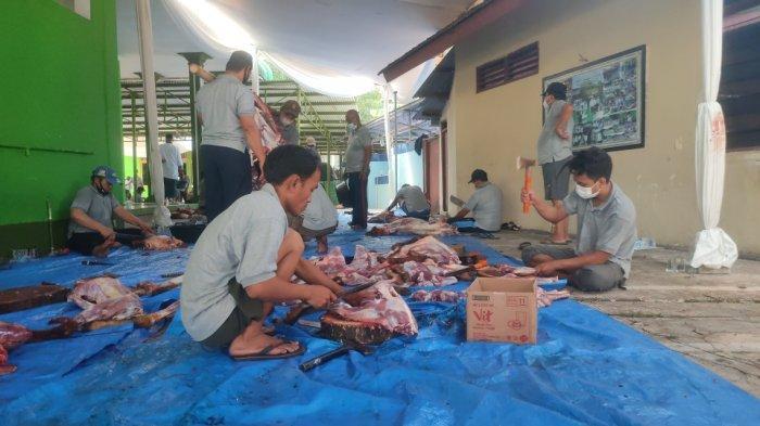 Suasana pemotongan hewan kurban di Masjid Sunan Kalijaga, Komplek Padepokan TMII, Jakarta Timur, Selasa (20/7/2021).