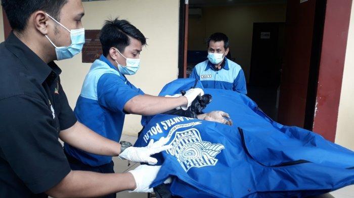 Potongan tubuh berupa badan dan tangan korban mutilasi di Kota Bekasi saat tiba di RS Polri Kramat Jati, Jakarta Timur, Senin (7/12/2020).