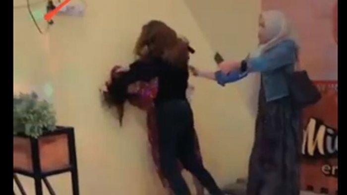 Potongan video viral dua perempuan saling jambak di Rumah Makan Mie Endes, Jalan Wijaya Kusuma, Kecamatan/Kabupaten Sampang, Madura.