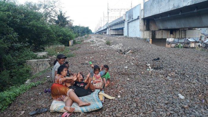 Kisah Keluarga Waluyo, Warga Pinggiran Rel Kereta di Jalur Manggarai - Bekasi: Hidup Tanpa Listrik