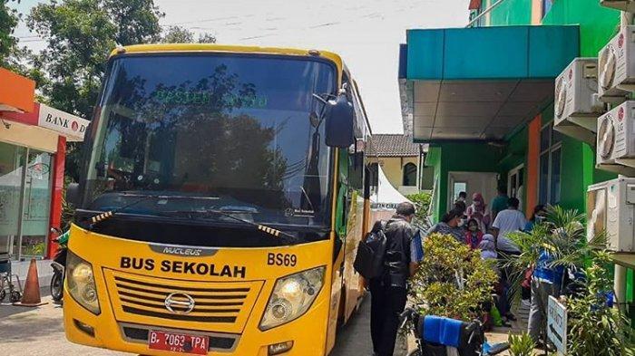 Proses evakuasi pasien terkonfirmasi Covid-19 ke RS rujukan menggunakan bus sekolah Pemprov DKI Jakarta