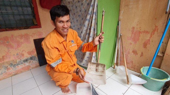 Syaiful Effendi tengah mengerjakan pengki berbahan jeriken bekas pada Kamis (10/6/2021).