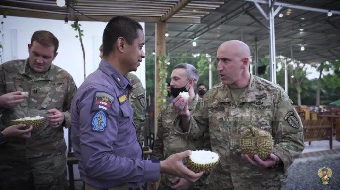Prajurit TNI AD saat mengajak tentara US Army mencicipi durian.