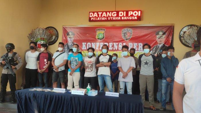 Konpers terkait puluhan orang yang diamankan dan diduga melakukan aksi premanisme di seputaran Jakarta Timur di Mapolrestro Jakarta Timur, Jumat (11/6/2021)
