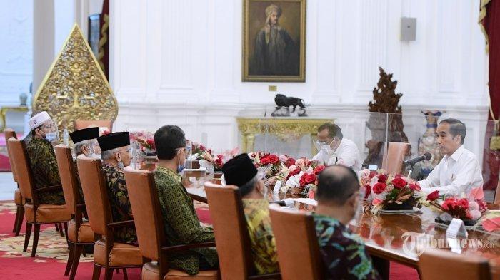 Presiden Joko Widodo didampingi Menkopolhukam, Mahfud MD dan Menteri Sekretaris Negara, Pratikno menerima Amien Rais beserta sejumlah perwakilan di Istana Merdeka, Jakarta Pusat, Selasa (9/3/2021). Kedatangan Amien Rais beserta KH Abdullah Hehamahua, KH Muhyiddin Junaidi, Marwan Batubara, Firdaus Syam, Ahmad Wirawan Adnan, Mursalim, dan Ansufri Id Sambo guna membahas laporan Komnas HAM terkait peristiwa tewasnya enam laskar Front Pembela Islam (FPI) di Tol Cikampek beberapa waktu lalu. Seusai pertemuan, Presiden Jokowi mengantar Amien Rais dan rombongan sampai ke pintu depan Istana Merdeka.