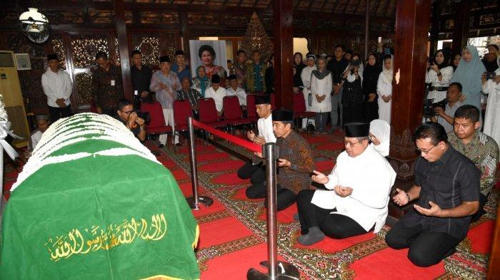 Presiden Jokowi Melayat Ibunda SBY di Rumah Duka Cikeas