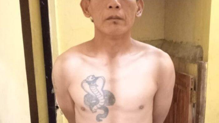 YU (40) pria bertato kobra asal Garut Selatan harus berurusan dengan pihak kepolisian lantaran melukai anggota Koramil Cikelet.
