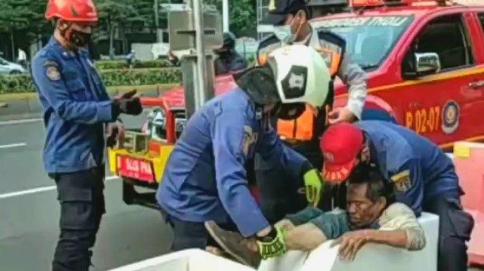 Seorang ODGJ Terjebak di Rongga Pembatas Sepeda Permanen Kawasan Sudirman