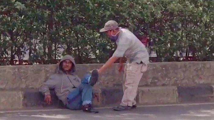 Pria Tak Dikenal Duduk Santai di Jalan Margonda Depok, Aksinya Viral di Sosial Media