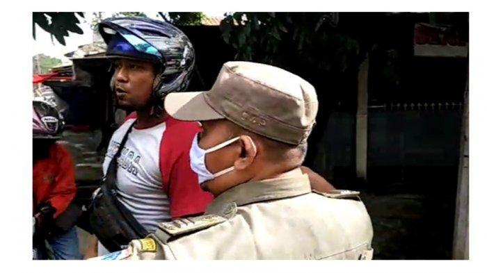 Tangkapan layar video saat seorang pria yang terjaring razia masker memaki personel Satpol PP di Ciracas, Jakarta Timur, Jumat (8/1/2021).
