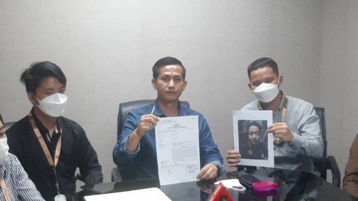 Kuasa Kuasa hukum SiCepat dari WLP Lawfirm, Wardaniman Larosa, mengelar konferensi pers di Setiabudi, Jakarta Selatan, Kamis (27/5/2021). Konferensi pers itu digelar terkait peristiwa pertikaian pembeli dan kurir di Ciputat Timur, Tangerang Selatan.