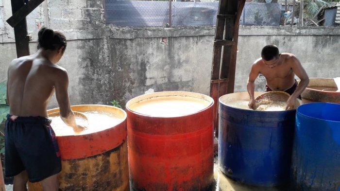 Produksi tempe di Kampung Tempe, Ciputat, Tangsel, Sabtu (2/1/2021).