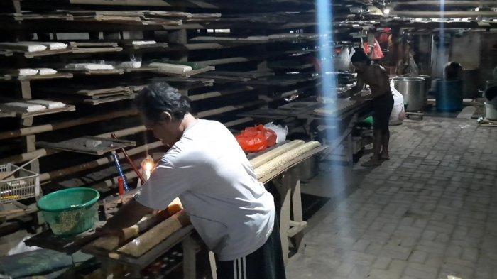 Produsen Tempe di Gang Mawar, Jalan RA Kartini, Kecamatan Bekasi Timur, Kota Bekasi mulai produksi kembali setelah mogok selama tiga hari, Minggu (3/1/2021).