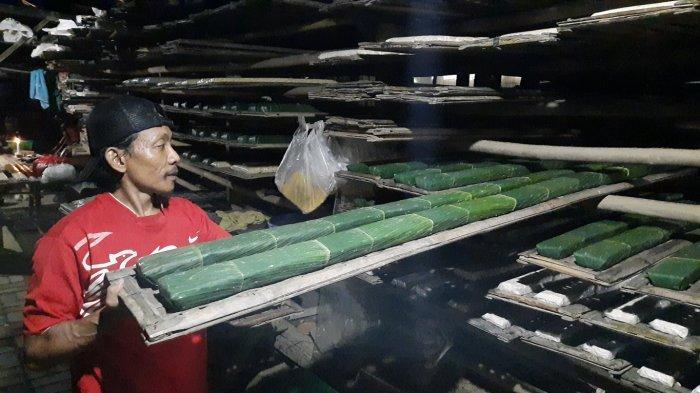 Produsen tempe di Gang Mawar, Jalan RA. Kartini, Kecamatan Medan Satria, Kota Bekasi, Minggu (3/1/2021).