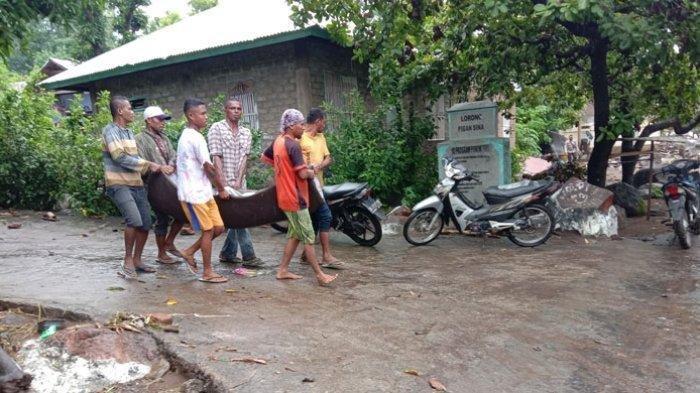 Jadi Korban Banjir Bandang, Tangis Lorensius Pecah Saat Temukan Sang Ibu di Tepi Pantai Lembata NTT