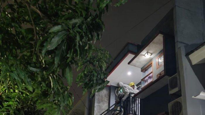 Warga Pancoran Mas Depok Wafat Saat Jalani Isoman di Rumah Berlantai 2, Begini Proses Evakuasinya